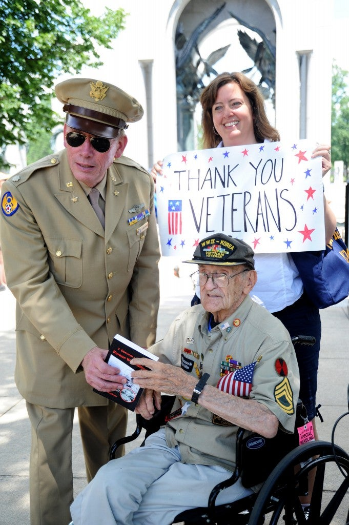Washington residents greet veterans from New York, Ohio and New Jersey on June 7, 2014. (Photo: Katherine Cresto/CC BY-NC 2.0)