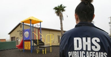 The U.S. Commission on Civil Rights released a report Thursday that urges the president to release immigrant families from detention centers. The commission claims to have found several facilities that have violated federal requirements. (Photo: Bob Owen/ZUMA Press/Newscom)