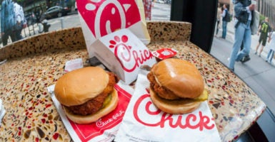 A chicken sandwich that  sells for $3.05 could cost customers $4.21 with a $15 minimum wage, a Heritage Foundation report finds. (Photo: Richard B. Levine/Newscom)