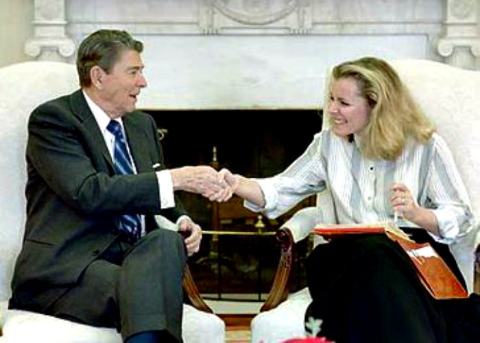 Peggy Noonan meets with her former boss, President Ronald Reagan, in 1988. (Photo: The White House)