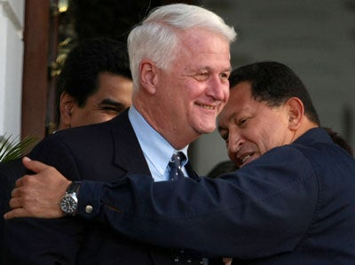 Venezuelan President Hugo Chavez (R) hugs US congressman William Delahunt after meeting 18 January, 2008 at the Miraflores presidential palace in Caracas.