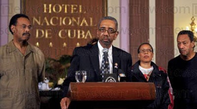 US Democrat congressman Bobby Rush speaks during a breefing on April 07, 2009 at National Hotel in Havana, next to (L to R) US Democrats congresspersons Emanuel Cleaver, Marcia Fudge and Mel Watt.
