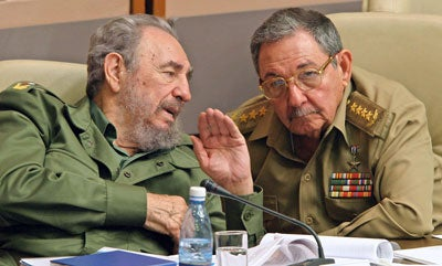 Cuban President Fidel Castro (L) and his brother Raul