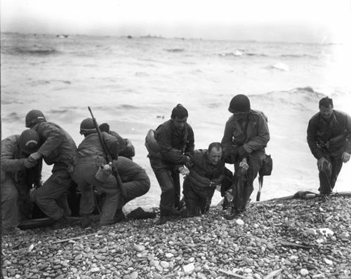 Members of a landing party help injured Soldiers to safety on Utah Beach. (Photo: US Army/Flickr)