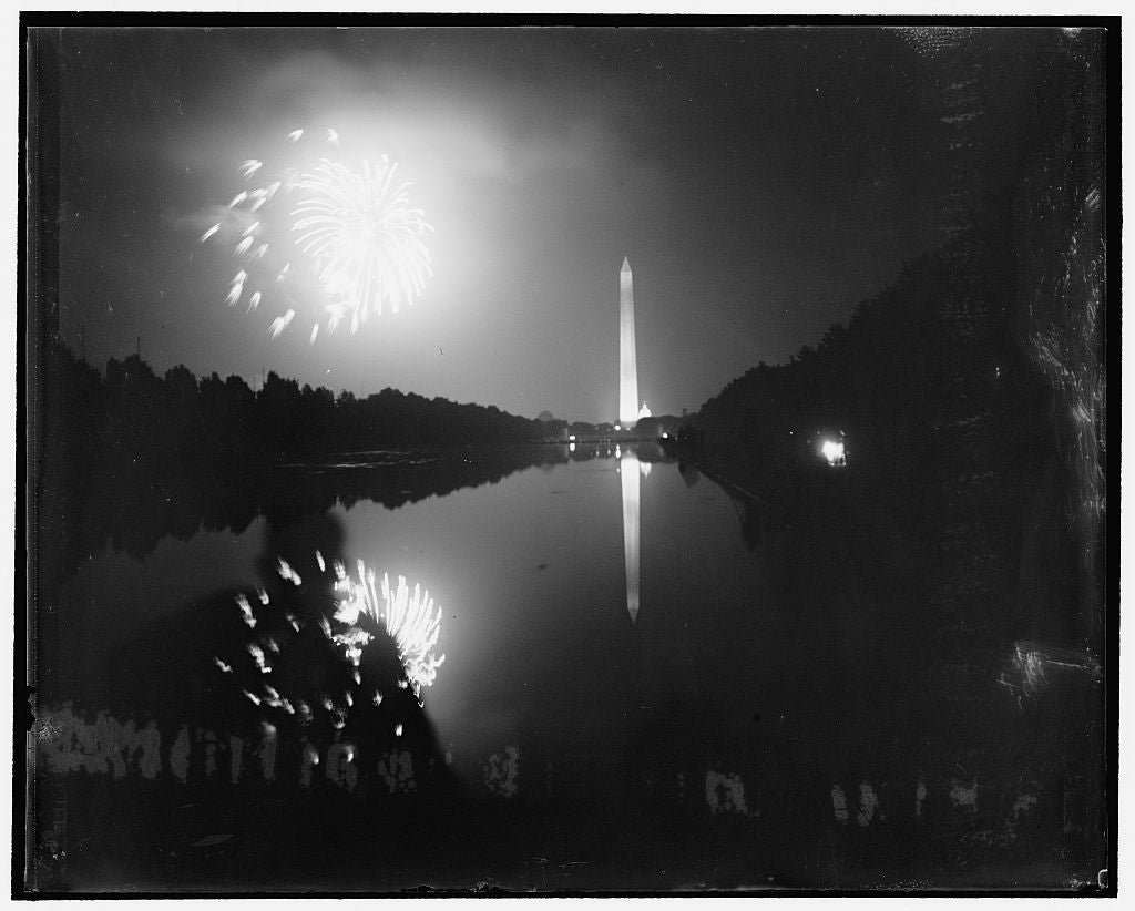 Fireworks over the Washington Monument, in Washington D.C., 1939. (Photo: Harris & Ewing/ The Library of Congress)