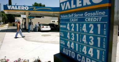 A driver fills up at a Valero gas station in 2008 when the price of a gallon of gas could reach more than $4.50. (Photo: David McNew/Getty Images)
