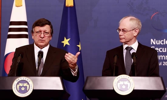 European Commission President Jose Manuel Barroso (L) and EU President Herman Van Rompuy (R) talk during a press conference after their meeting at the presidential house in Seoul, South Korea, March 28, 2012.