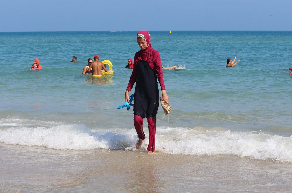 A Tunisian woman wearing a 'burkini' walks at beach Bizerte, north-eastern Tunis, Tunisia, 28 August 2016. (Photo: EPA/Mohamed Messara)