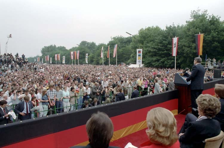 The view of the crowd that gathered to hear Reagan speak. (Photo: Ronald Reagan Library)