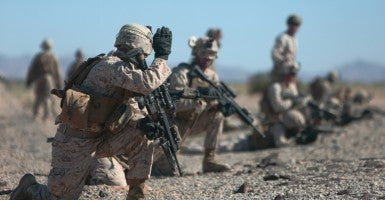 U.S. Marines with 2nd Battalion, 7th Marine Regiment, 1st Marine Division, 1st Marine Expeditionary Force set up perimeter security during a fast rope exercise at Auxiliary Airfield 2, Yuma, Ariz., Oct. 2, 2015. (Photo: U.S. Marine Corps / Cpl. Summer Dowding MAWTS-1 COMCAM/ Released)