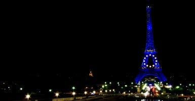 The Eiffel Tower in blue with the yellow stars of the European Union Flag (Photo: Yann Caradec / Flickr / CC BY-SA 2.0)