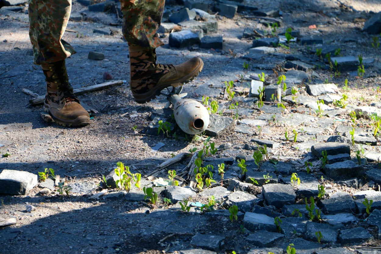 Weapons of 100 mm caliber and higher are banned from the front lines in Ukraine according to the rules of the cease-fire.