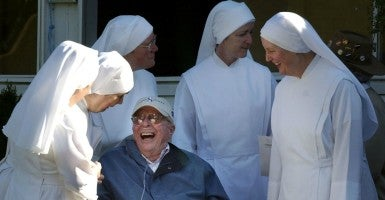 Nuns from Little Sisters of the Poor of Queens, New York, share a laugh with Roy Chapman. (Photo: BARBARA JOHNSON/KRT/Newscom)