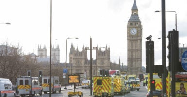 An attacker drove a vehicle into pedestrians on Westminster Bridge, which leads to the United Kingdom's Parliament. Emergency vehicles responded to the scene. (Photo: picture alliance/Ik Aldama/Newscom)