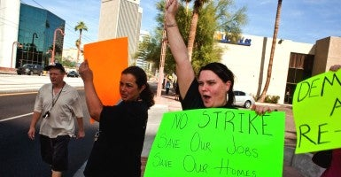 Workers in Ariz. who oppose a strike. (Kurtz/ZUMAPRESS/Newscom/Edited: Daily Signal)