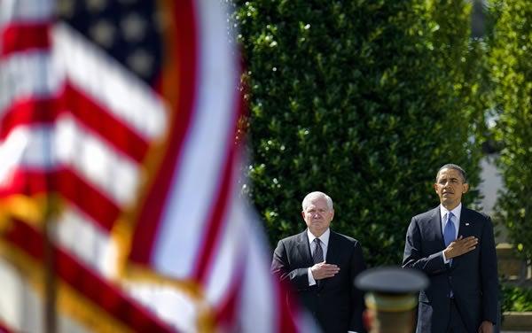 Outgoing US Secretary of Defense Robert Gates (C) and US President Barack Obama