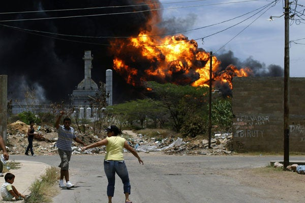 Fire continues on August 27 after the August 25 explosion at the Amuay refinery. (Photo: EFE)