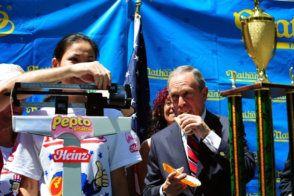 Mayor Bloomberg (NY) eating a hot dog