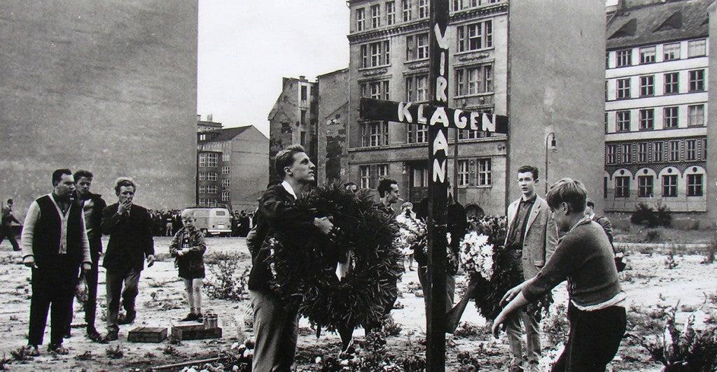 West Berlin citizens erect a memorial for Peter Fechter in 1962. (Photo: Newscom)