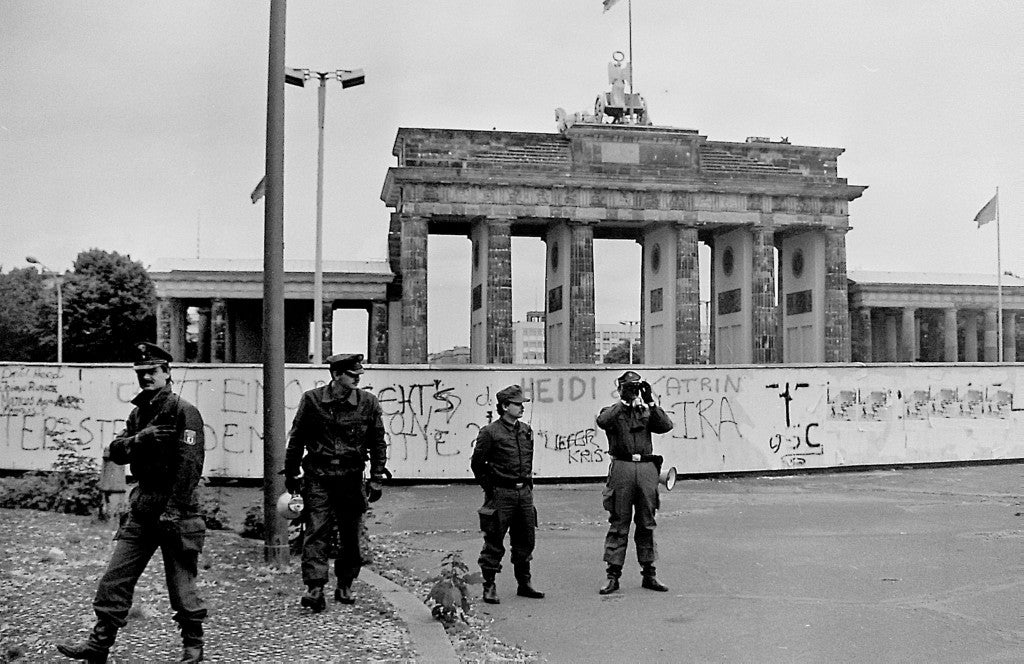 Border policemen stand next in front of the Berlin Wall and Brandenburg Gate in Berlin, Germany, 17 June 1987. Photo: Wolfgang Kumm/dpa (Newscom TagID: dpaphotostwo228742.jpg) [Photo via Newscom]