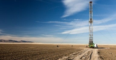 A fracking rig sits in an farmers field in Colorado. (Photo: Getty Images.)