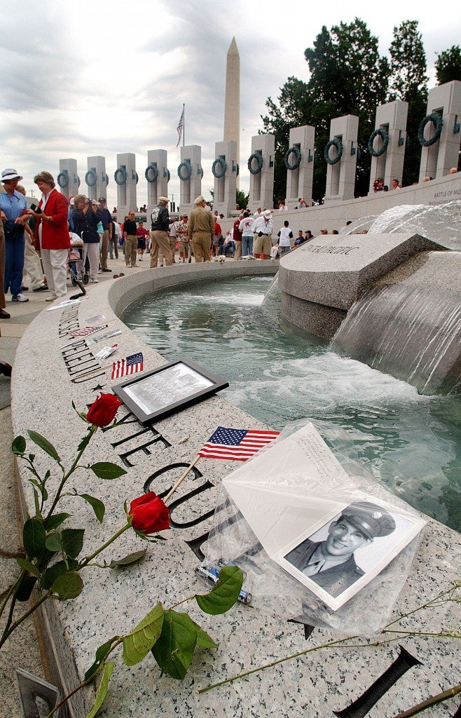Momentos are placed at the newly dedicated National World War II Memorial on Memorial Day in 2004. (Photo: Newsroom)