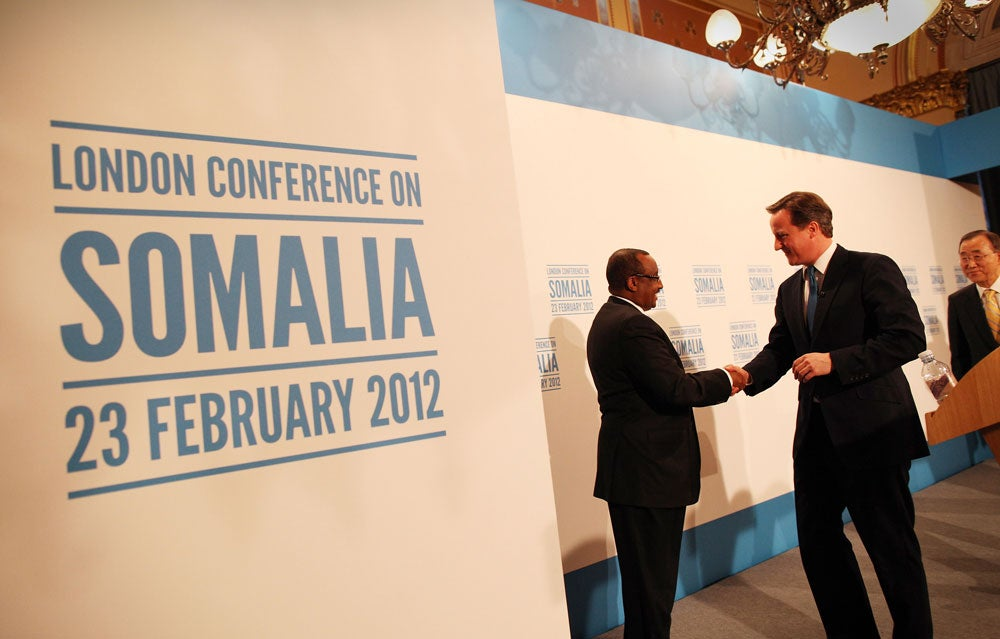 British Prime Minister David Cameron (C) shakes hands with Prime Minister of the Transitional Federal Government of Somalia Abdiweli Mohamed Ali