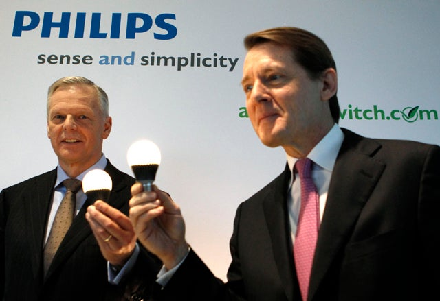 Philips' CEO Kleisterlee and CFO Sivignon hold up the Econic LED lamp before the presentation of the company's Q4 annual results in Amsterdam
