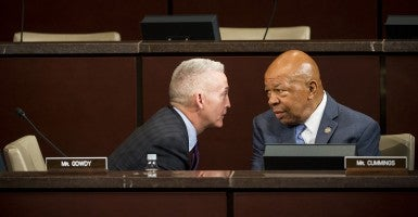 Chairman Trey Gowdy, R-S.C., speaks with ranking member Elijah Cummings, D-Md. (Photo: Bill Clark/CQ Roll Call)