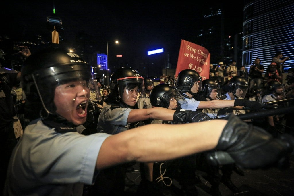 Pro-democracy protesters clash with police in Admiralty. (Photo: Guillaume Payen/Newscom)