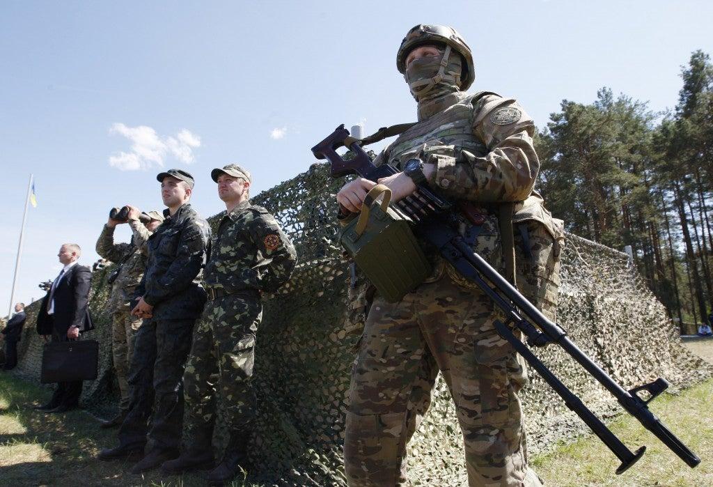 Ukrainian servicemen at a military training ground ''Desna'', in the Chernigov region of Ukraine (Photo: Newscom)